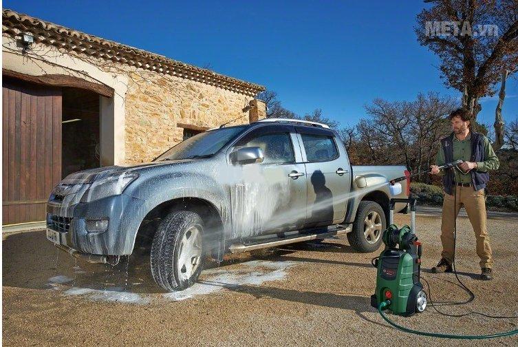 Máy rửa xe gia đình Bosch AQT 45-14X có bình xịt xà phòng giúp rửa xe sạch hơn.