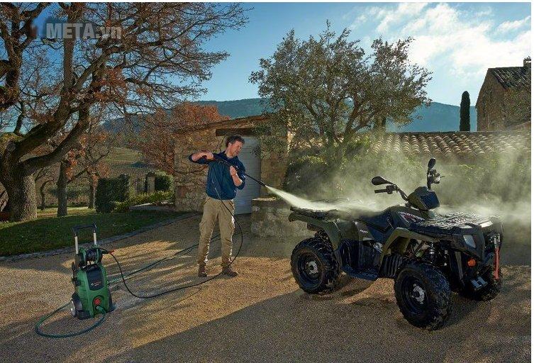 Máy rửa xe gia đình Bosch AQT 45-14X có đầu phun 90 độ, cho khả năng xịt rửa xe mạnh mẽ.