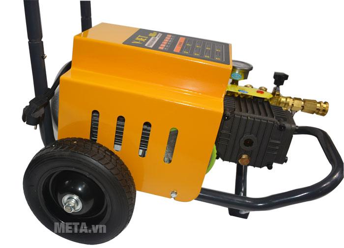 Máy rửa xe V-JET VJ 70/1.8 có bánh xe giúp di chuyển dễ dàng