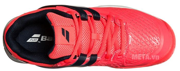 Giày có các lỗ thoáng khí, giúp chân luôn khô thoáng khi vận động.