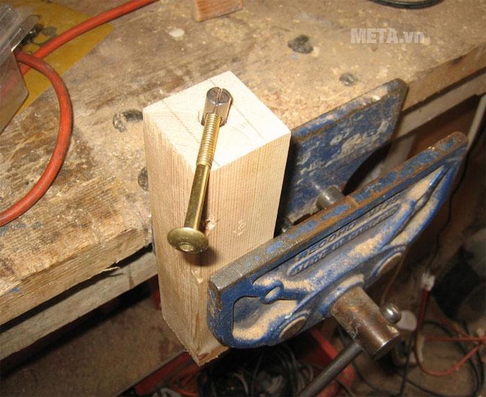 Lắp bulong vào lỗ vừa khoan