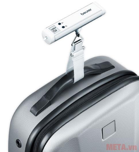 Cân hành lý Beurer LS10 có quai móc giúp dễ dàng cân hành lý.