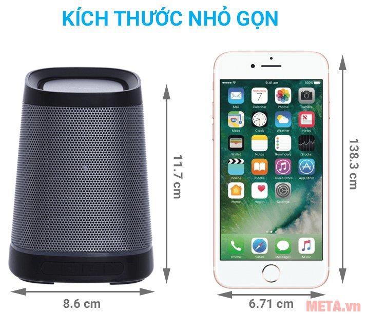 Loa Fenda W7 có kích thước nhỏ như chiếc điện thoại thông minh