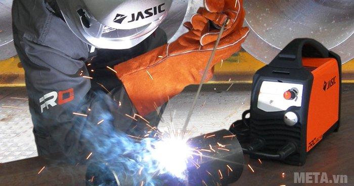 Máy hàn que Jasic ZX7-200PRO khi hàn ít bị bắn ra tia lửa hàn