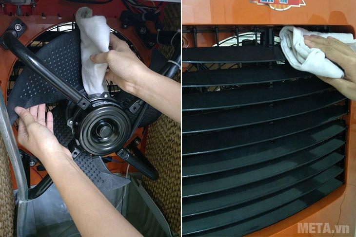 Lấy khăn ẩm vệ sinh cánh quạt của máy làm mát