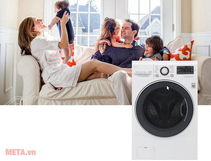 Máy giặt cửa trước LG F2514DTGW giúp mẹ tiết kiệm thời gian giặt giũ