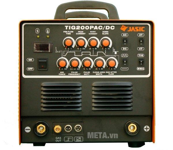 Các núm vặn điều chỉnh và màn hình được bố trí ở mặt trước của máy hàn Jasic TIG 200P AC/DC (R60)