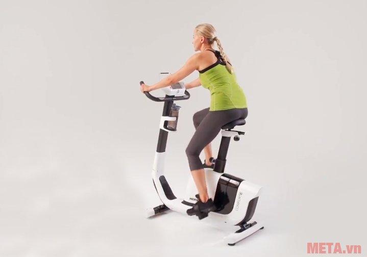 Xe đạp tập Horizon Comfort 3-02 giúp chị em tập thể dục mỗi ngày
