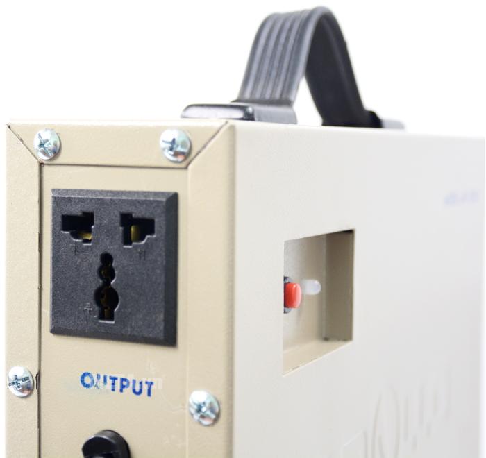 Cắm phích cắm của motor cửa cuốn vào ổ OUTPUT 220V ở thân máy.