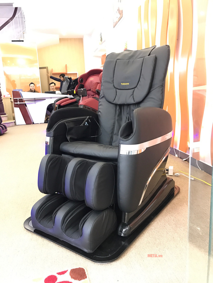Ghế massage tòa thân Tokuyo TC 366 có bảng điều khiển cầm tay vô cùng tiện lợi