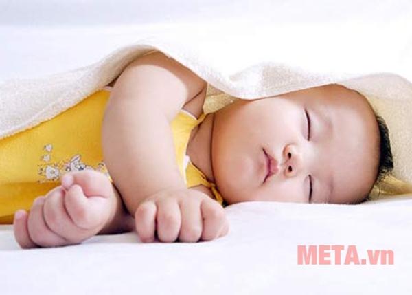 Thời tiết nắng nóng gây ảnh hưởng đến giấc ngủ của các thành viên trong gia đình.