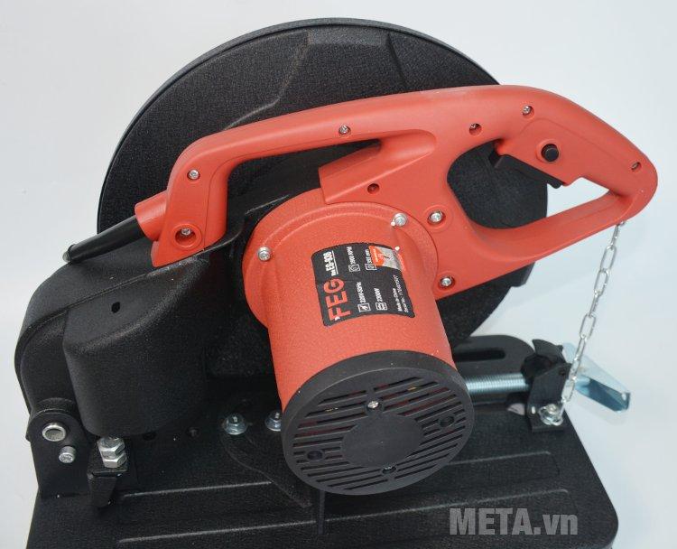 Máy cắt sắt FEG 936 có nhiều khe tản nhiệt ở mô tơ