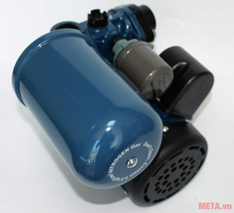 Máy bơm nước Panasonic A-200JAK tự động tăng áp lực nước khi bơm ra.