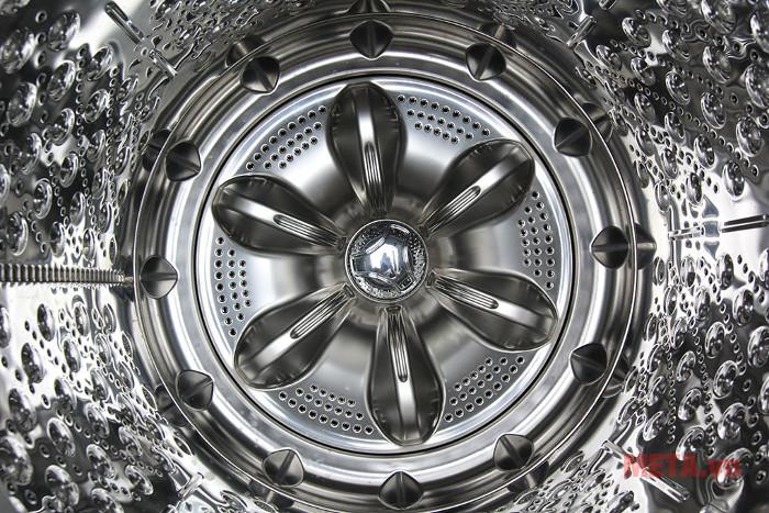 Lồng giặt máy giặt LG 11 WF-D1117DD được làm từ chất liệu thép không gỉ