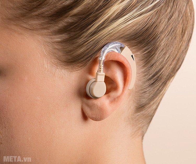 Máy trợ thính Beurer HA20 thiết kế thẩm mỹ được lắp ngay sau vành tai.
