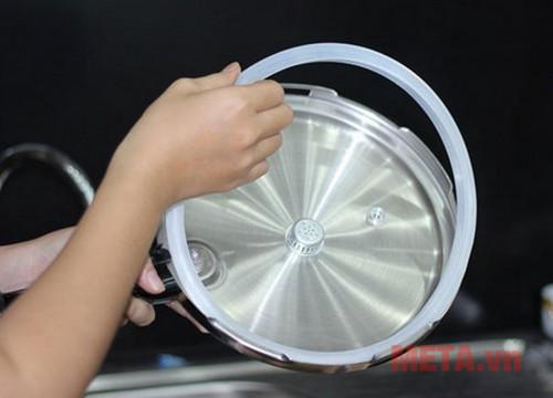 Bạn cần vệ sinh gioăng cẩn thận vì đây là bộ phận quan  trọng của nồi áp suất