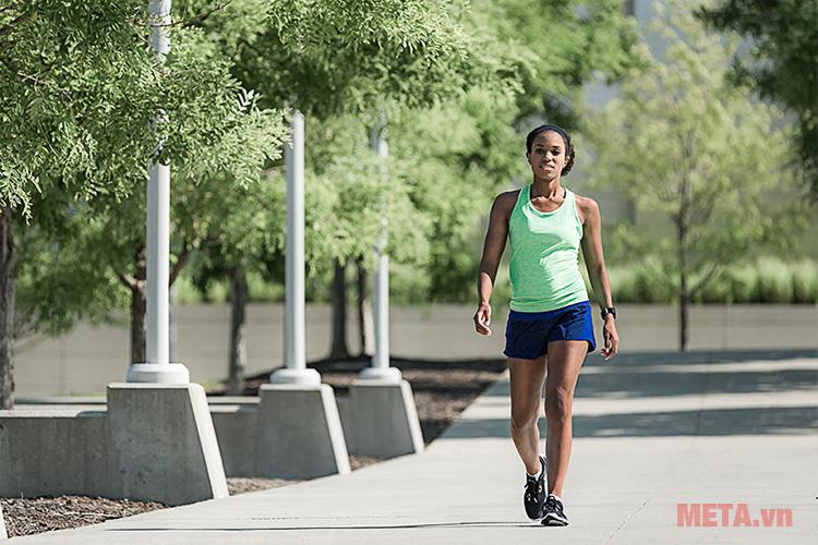 Vòng đeo tay Garmin Forerunner 35 thích hợp với người thường xuyên chạy bộ