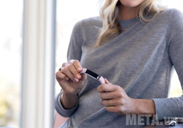 Vòng tay theo dõi sức khỏe Fitbit Alta HR giúp bạn ghi lại các hoạt động hàng ngày của cơ thể