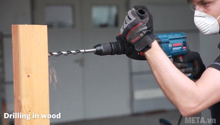 Máy khoan búa Bosch GBH 2-24 DRE giúp khoan gỗ có đường kính 12mm