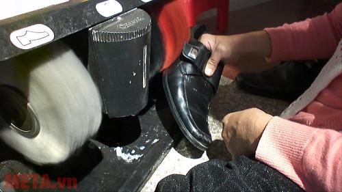 Máy đánh giầy sẽ tự động làm sạch mọi vết bẩn trên giầy của bạn