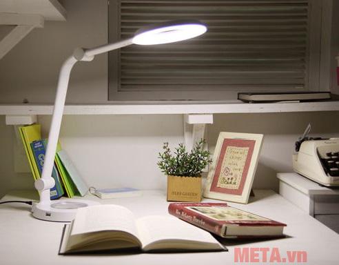 Đèn bàn Prism 6300WH cho ánh sáng tự nhiên với chỉ số hoàn màu CRI lên đến 90