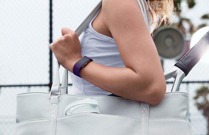 Vòng tay theo dõi sức khỏe Fitbit Charge 2 có thiết kế thông minh