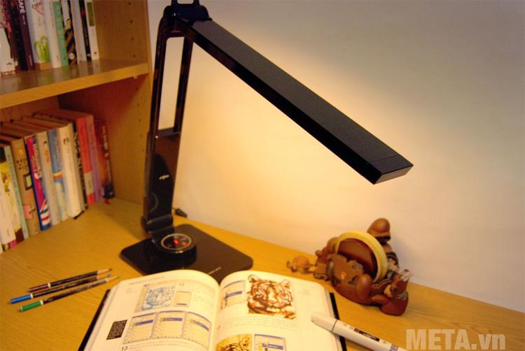 Đèn bàn led Hàn Quốc đổi màu Prism 5400CB có ánh sáng vàng cho không gian ấm áp