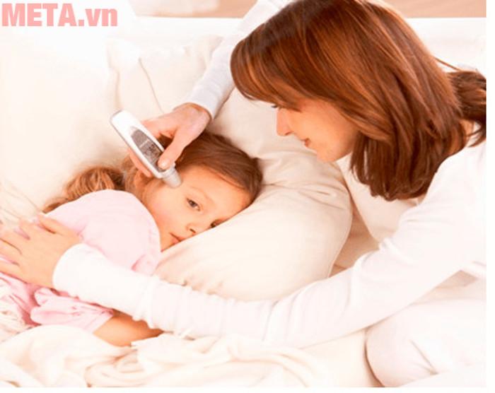 Theo dõi thân nhiệt của bé thường xuyên để đảm bảo an toàn cho sức khỏe của bé