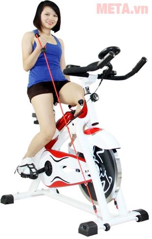 Xe đạp tập thể dục Spin Bike có thể nối cùng đai tay để tập tay và xe đồng thời