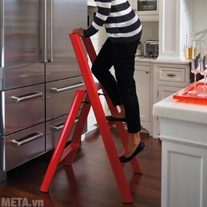 Bạn nên mua thang có chốt tự động để đảm bảo an toàn