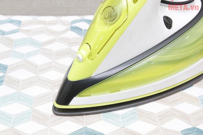 Mặt đế của bàn là được làm từ chất liệu chống dính, an toàn với mọi loại quần áo
