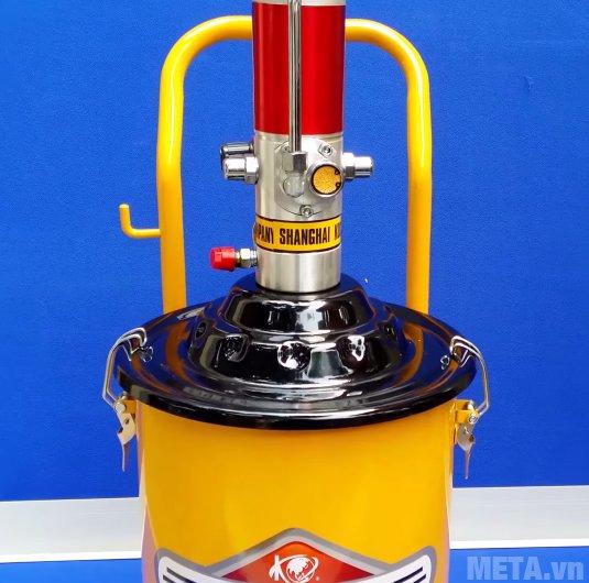 Máy bơm mỡ khí nén Kocu GZ-10 có trọng lượng 21kg