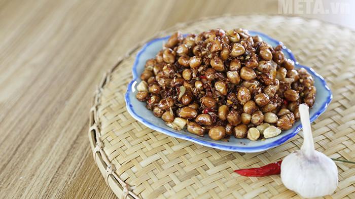 Lạc rang tỏi ớt là món ăn được nhiều gia đình người Việt yêu thích