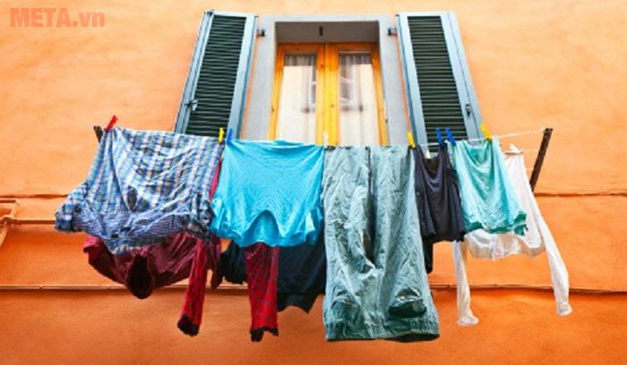 Phơi ngược quần áo sẽ giúp quần áo róc nước nhanh hơn