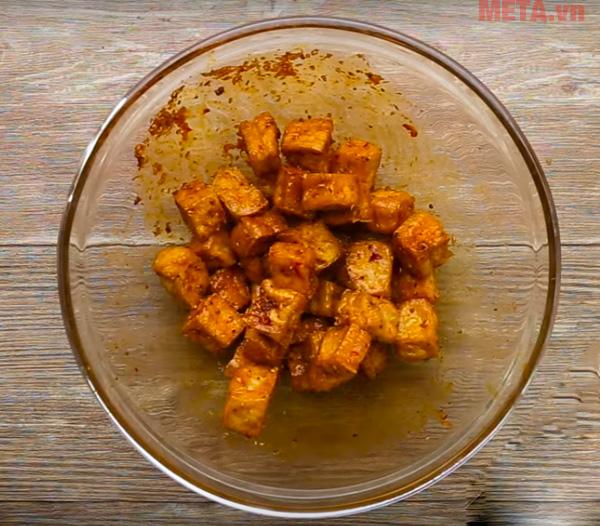 Bạn ướp đậu với nước sốt sa tế ở bước 1