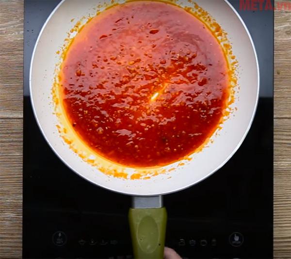 Bạn làm nước sốt gia vị để cho món ăn thêm phần hấp dẫn