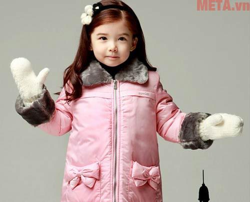 Mặc quần áo ấm, quần áo phù hợp với môi trường là yếu tố đầu tiên các mẹ cần lưu ý