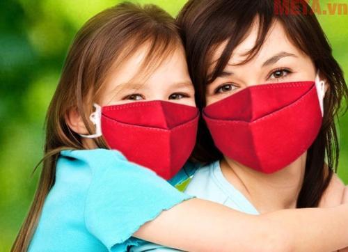 Bé nên đeo khẩu trang khi ra đường để tránh các bụi bẩn ảnh hưởng đến đường hô hấp