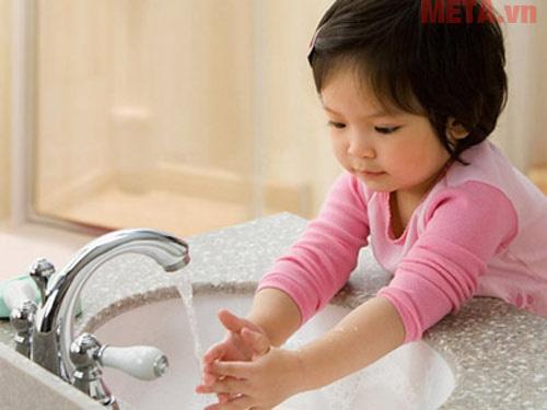 Rửa tay trước và sau khi ăn sẽ giúp bé loại bỏ các vi khuẩn gây bệnh