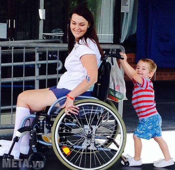 Xe lăn giúp người bệnh tự di chuyển dễ dàng