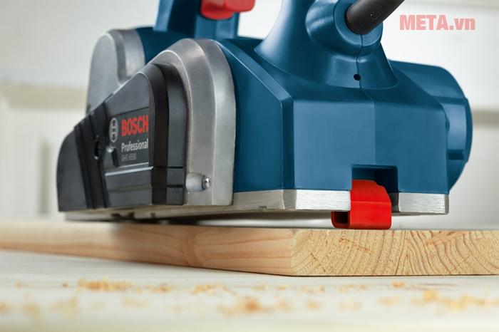Máy bào Bosch có 2 lưỡi HSS có thể mài sắc vật liệu gỗ, giúp bề mặt trơn láng một cách hoàn hảo