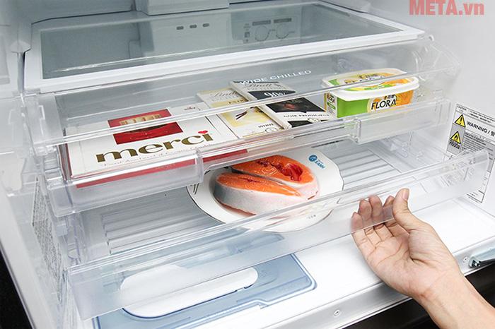 Tủ lạnh ngăn đá dưới thường được thiết kế với nhiều ngăn đựng tiện lợi hơn