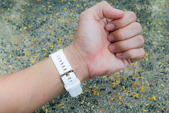 Các nấc điều chỉnh trên dây đeo giúp đồng hồ phù hợp với vòng tay mọi người dùng