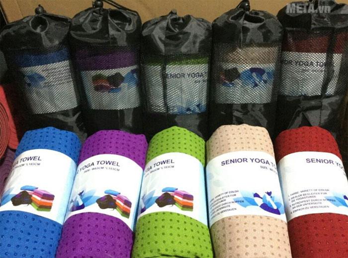 Khăn trải thảm có 5 màu: xanh dương, tím, xanh lá, kem, đỏ
