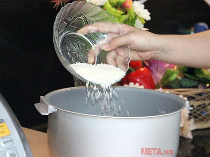 Bạn có thể cho gạo vào nồi và vo trong lòng nồi