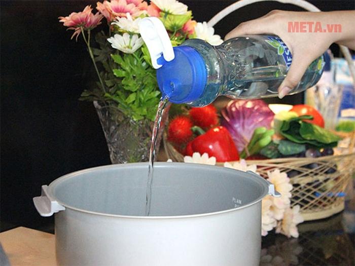 Đong nước với tỷ lệ chính xác là điều kiện để góp phần nấu cơm chín ngon hơn