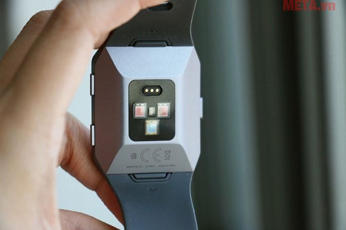 Bề mặt cảm biến của vòng đeo tay được thiết kế nhanh chạy với tay người đeo