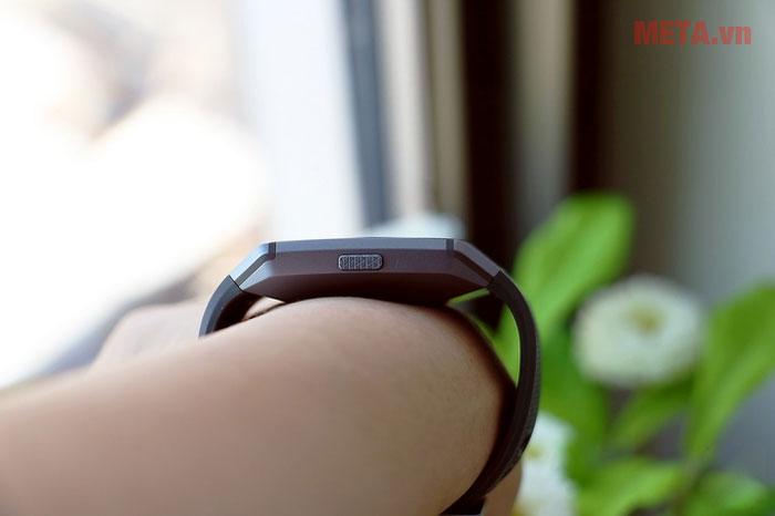 Các nút bấm của Fitbit Ionic được thiết kế bên cạnh vòng đeo