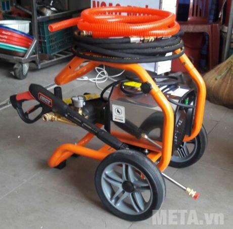 Máy rửa xe cao áp Jetta JET2200 có bánh xe lớn giúp di chuyển nhẹ nhàng hơn.