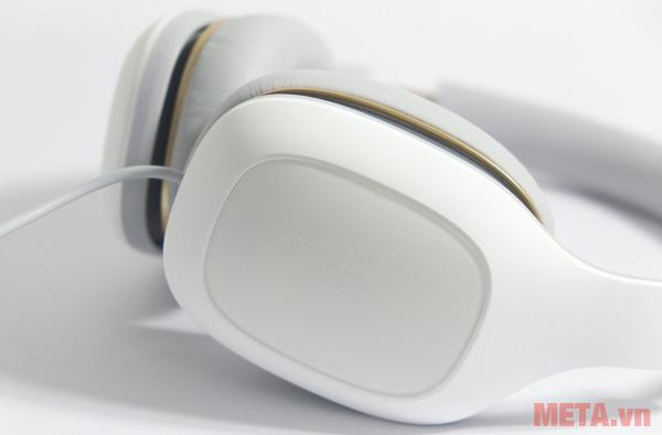 Xiaomi còn tích hợp ở phần tai bên trái một nút bấm, giúp người dùng dễ dàng nhận cuộc gọi và chuyển tới/lui bài hát